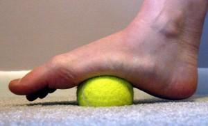 Danh-tan-thap-khop-chi-nho-mot-qua-bong-tennis-2
