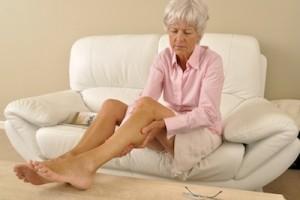 Seniorin massiert Ihre Beine Model-Released